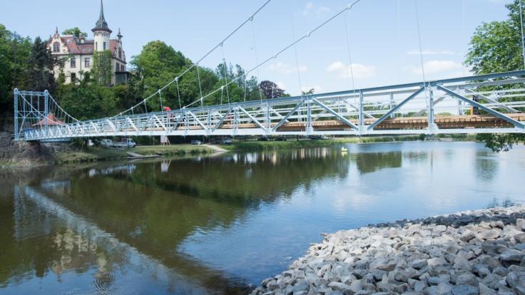 Den Sprung von der Hängebrücke über den Fluss Mulde bei Grimma in Sachsen bezahlte ein junger Mann am Pfingstmontag mit dem Leben. (Foto)