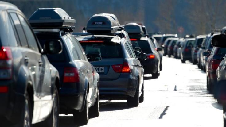 Auf dem Weg in die Alpen müssen Autofahrer am 23. Dezember viel Geduld aufbringen. (Foto)