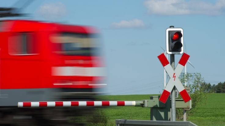 Auf der Bahnstrecke zwischen Hamburg und Sylt wurde ein Regionalexpress von Betonplatten auf den Gleisen unsanft ausgebremst (Symbolbild). (Foto)