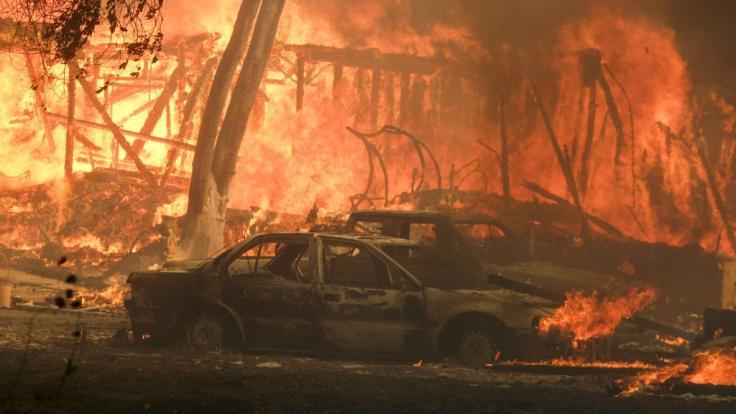 Waldbrände in Kalifornien: Abgebrannte Autos nahe Malibu Lake.