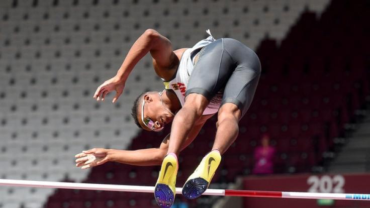 Der deutsche Stabhochspringer Raphael Marcel Holzdeppe überquert in der Qualifikation bei der Leichtathletik-WM 2017 die Latte. (Foto)