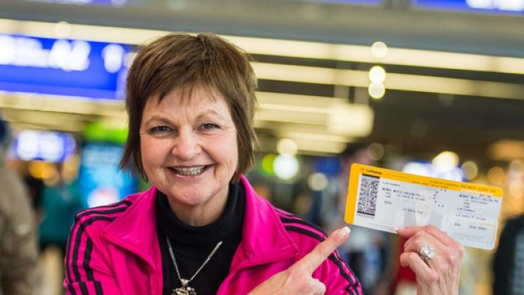 Franziksa Menke mit ihrem Ticket nach Australien - bei ihrer Heimkehr wurde sie von einem jungen stürmisch begrüßt.