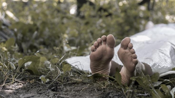 Zwei Brüder begruben die Leichen ihrer Mutter und Schwester im Hinterhof ihres Fäkalien-gefüllten Hauses. (Foto)