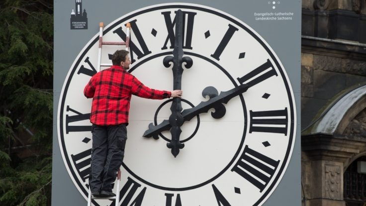 Uhrentechniker Tobias Vogler kontrolliert die Mechanik der Zeiger der Kirchturmuhr der Dresdner Lukaskirche.