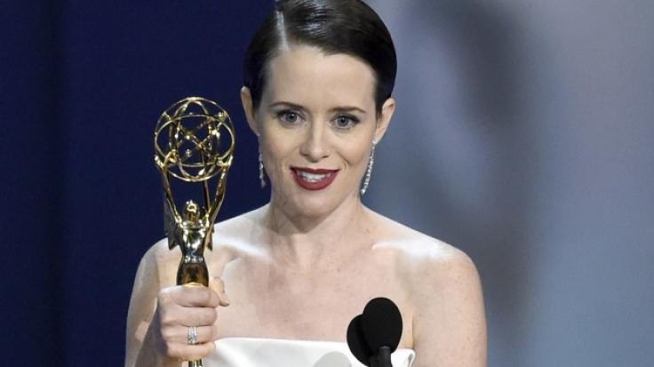 """Schauspielerin Claire Foy bedankt sich für den Emmy, den sie als """"Beste Hauptdarstellerin in einer Dramaserie"""" für """"The Crown"""" gewonnen hat. (Foto)"""