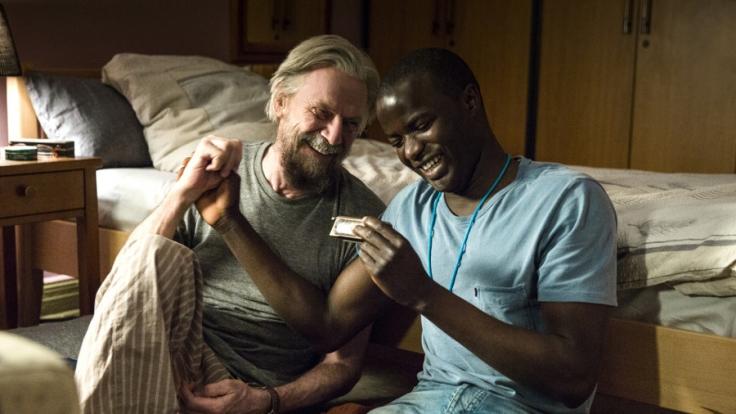 Flüchtling Nama (Nama Traore, r.) übernachtet bei Willi (Jesper Christensen, l.) im Seniorenheim. (Foto)