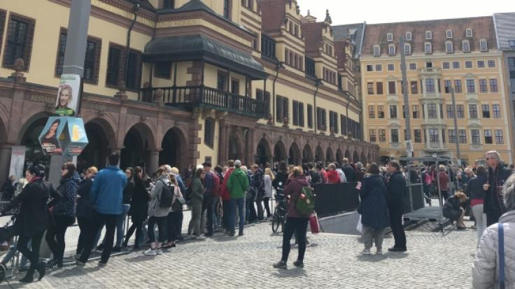 Vor dem Leipziger Rathaus warten bereits viele Royal-Begeisterte. (Foto)