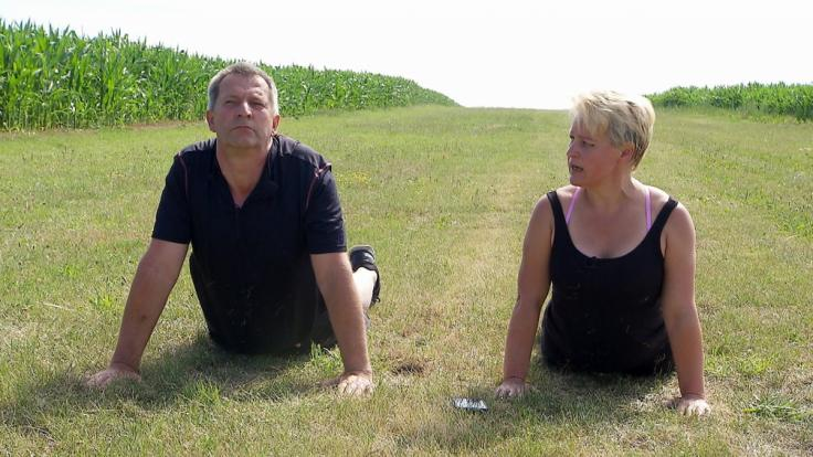 Geflügelbauer Rüdiger und seine Hofdame Tatjana kommen sich nicht nur beim Sport näher. (Foto)