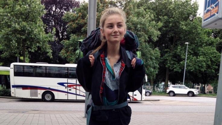 Die Beine sind so dünn, dass man Angst haben muss, dass sie mit dem schweren Rucksack vornüberkippt. (Foto)