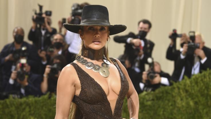 Jennifer Lopez kam mit Cowboyhut zur Met-Gala 2021. (Foto)