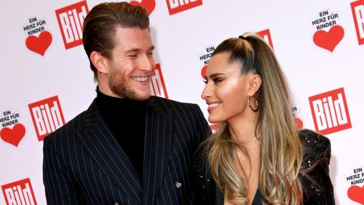 Strahlen glücklich nebeneinander: Loris Karius und Sophia Thomalla. (Foto)