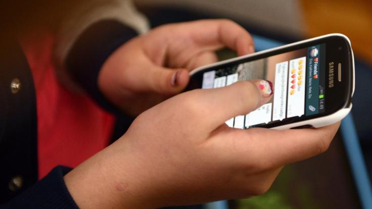Zwei von drei Erwachsenen in Deutschland finden, dass Kinder und Jugendliche in ihrem Umfeld zu viel Zeit mit dem Handy verbringen. (Foto)