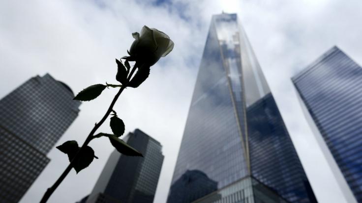 Ein weiße Rose erinnert an der Gedenkstätte der Anschläge des 11. Septembers 2001 an die vielen Toten. Im Hintergrund ist der Turm des One World Trade zu sehen.