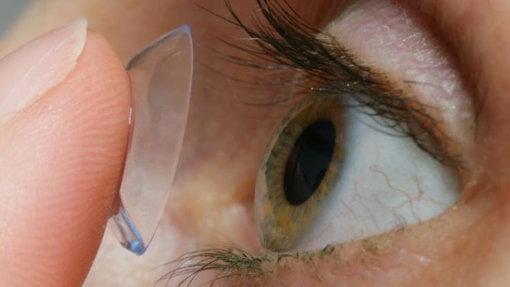 Die falsche Pflege von Kontaktlinsen erhöht das Infektionsrisiko. (Foto)