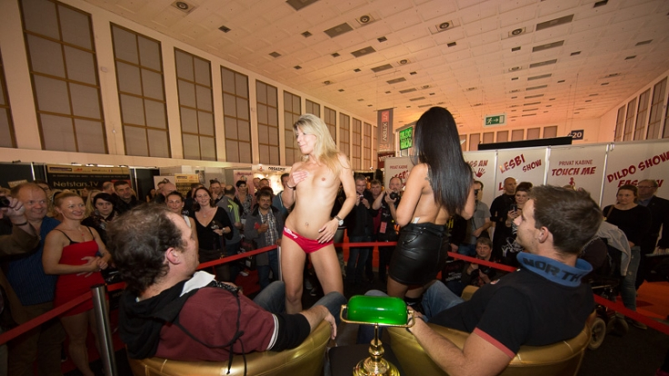 Besucher der Venus Berlin genießen eine kleine Privatshow.