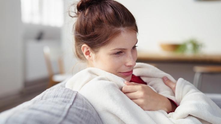 Zeit für Entspannung: Bei einem gemütlichen Kuschelabend im Herbst dürfen ganz bestimmte Utensilien nicht fehlen.