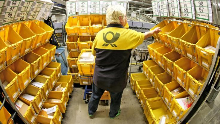 Die Deutsche Post macht Arbeitsverträge von Krankentagen abhängig. (Foto)