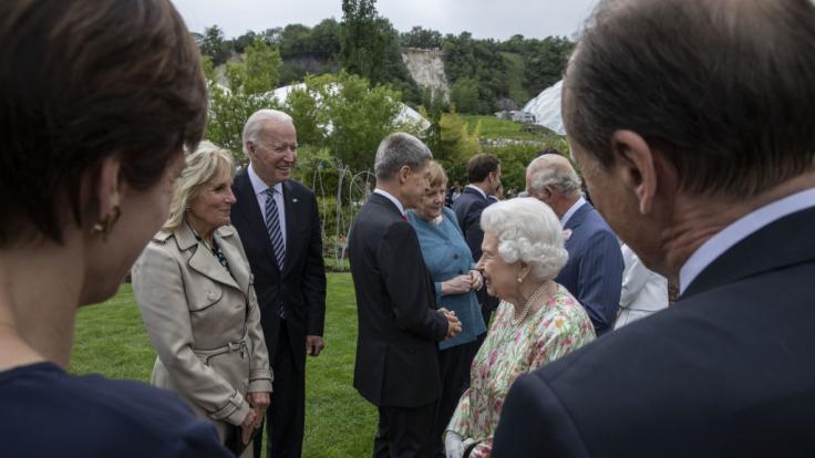 Das Präsidenten-Ehepaar im Gespräch mit der Queen. (Foto)