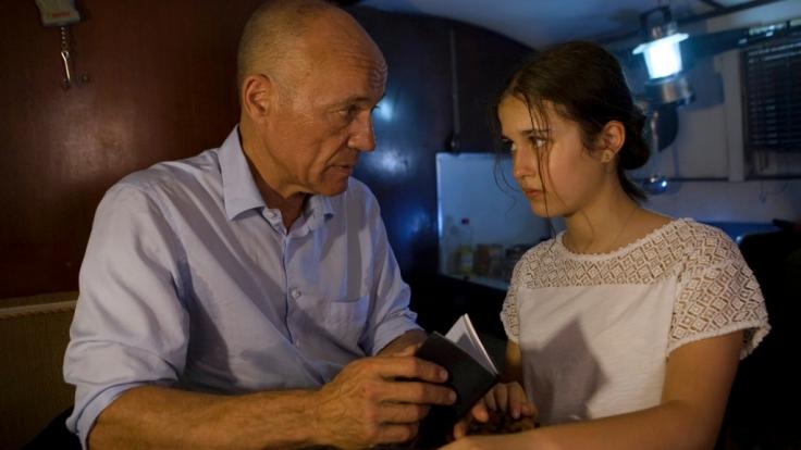 Frank Henning (Heiner Lauterbach) und Yasmin (Maya Lauterbach) sind auf der Flucht.