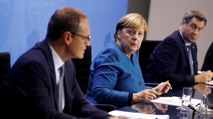 Bundeskanzlerin Angela Merkel, Markus Söder und Michael Müller (l, SPD) bei einer Pressekonferenz im Kanzleramt nach einem Treffen mit den Ministerpräsidenten der Länder (Foto)