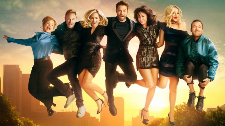 """Wiedervereint mit alten Freunden: Shannen Doherty (3.v.r.) mit ihren """"Beverly Hills, 90210""""-Kollegen in der Neuauflage der Kultserie. (Foto)"""