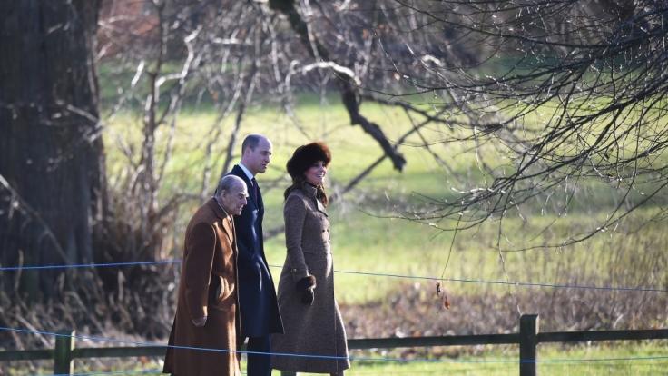 Vor dem Gottesdienst zeigten sich Prinz Philip, Prinz William und die schwangere Herzogin Kate in bester Laune. (Foto)