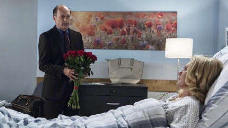 Wolfgang Berger (Horst Günter Marx, l.) besucht seine Frau Hannah (Maike Bollow, r.) nach ihrem Noteingriff. Wird sie ihm die Affäre verzeihen?