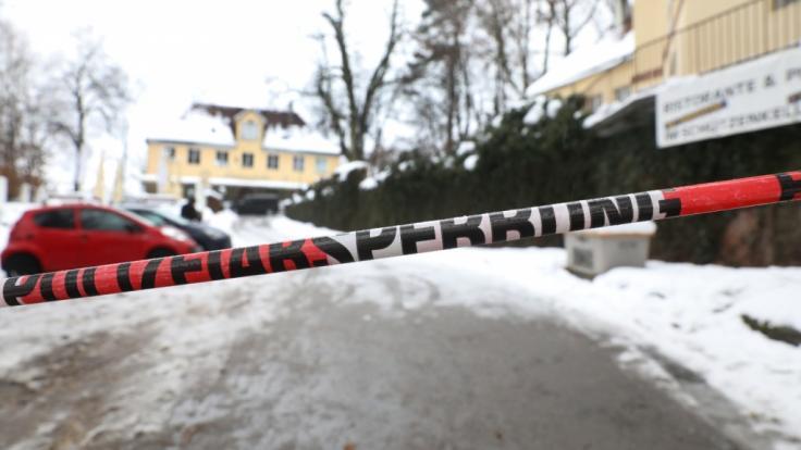 Ein Absperrband der Polizei hängt vor dem Tatort in Biberach. (Foto)