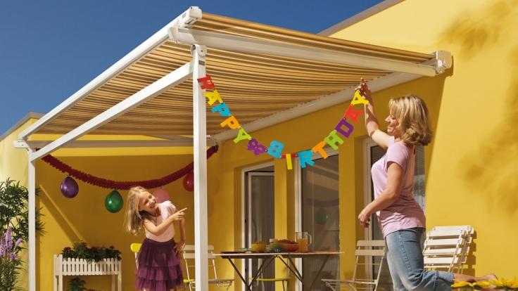 Mit der richtigen Pflege bereitet eine farbenfrohe Markise als Schattenspender im Garten lange Freude.