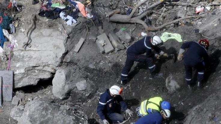 Rettungskräfte durchsuchen Trümmerteile an der Unglücksstelle des Flugs 4U 9525 in den französischen Alpen. (Foto)