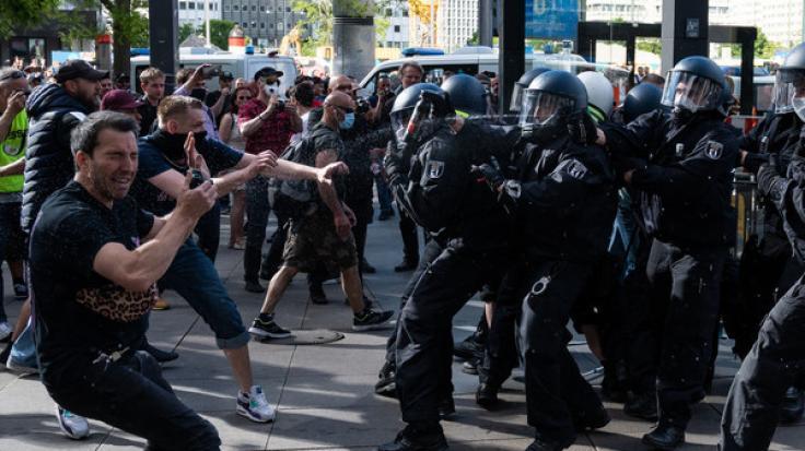Tausende Menschen haben gegen die Einschränkungen zur Eindämmung der Corona-Pandemie demonstriert. (Foto)