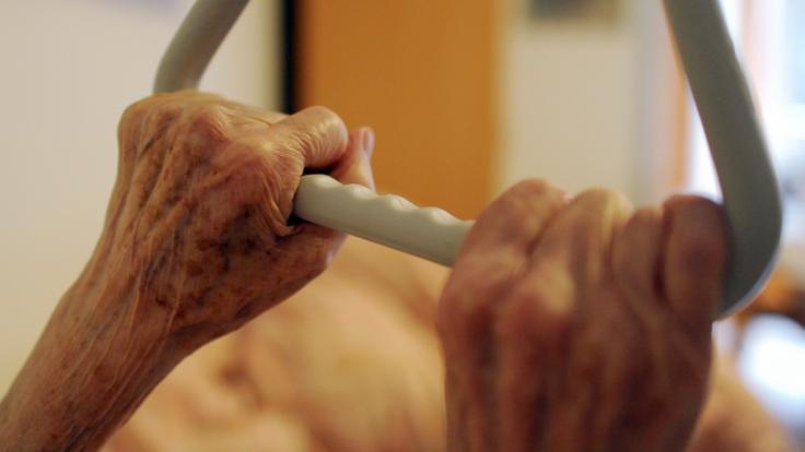 In einem Pflegeheim erwarten Senioren Pflege und Fürsorge - doch immer wieder kommt es zu schockierendes Todesfällen aufgrund mangelhafter Pflege (Symbolbild). (Foto)