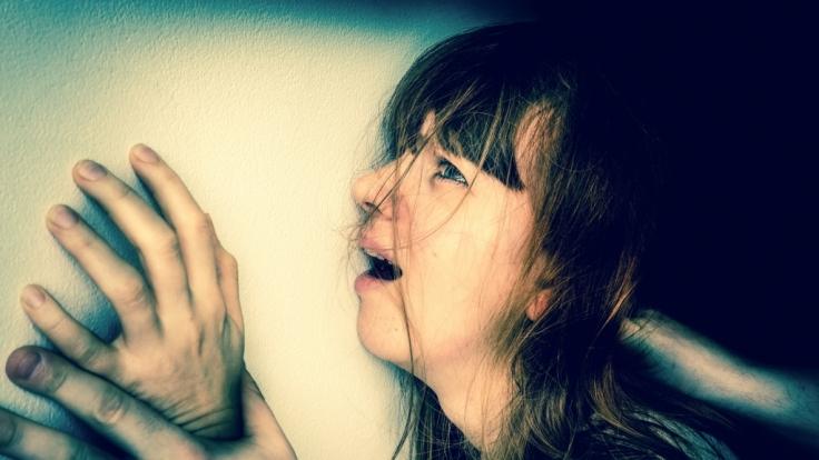 In Erfurt ist eine Frau am helllichten Tag überfallen und vergewaltigt worden (Symbolbild). (Foto)