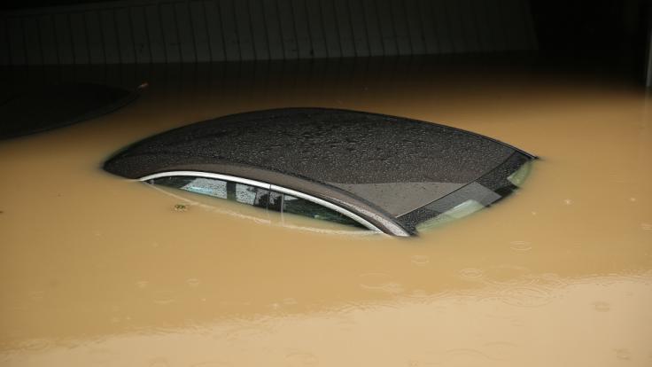 Das Hochwasser in NRW hat ganze Autos weggespült. (Foto)