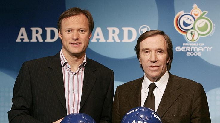 Das Moderatoren-Duo Gerhard Delling (li.) und Günter Netzer sollen von der ARD Millionen erhalten haben. (Foto)