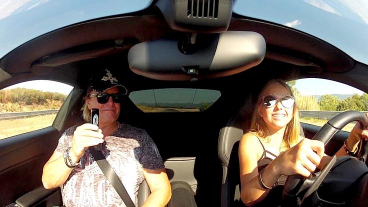 Er lässt Shania und Davina ans Steuer seines Ferrari. (Foto)