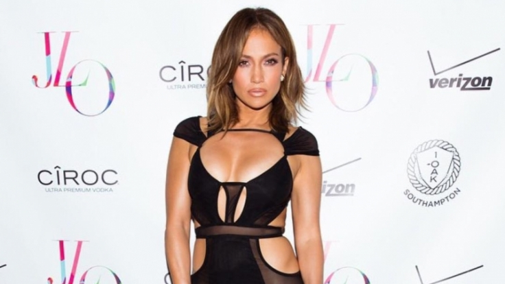 Das kleine Schwarze, das Jennifer Lopez an ihrem Geburtstag trug, hat strategische Cutouts, die die Vorzüge der 46. Jährigen betonen.