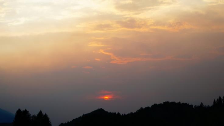 Normalerweise lässt der Saharasand die Sonne in einem Blutrot erstrahlen.