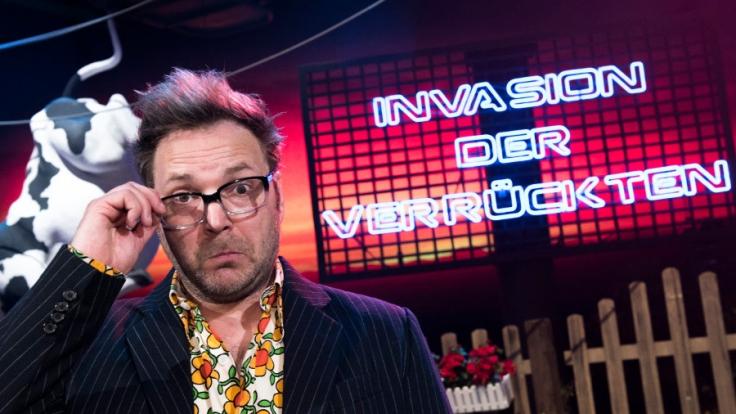 Deutschlands schrägster Komiker Paul Panzer unterhält sein Publikum in seinem Programm