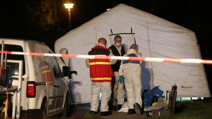 Polizisten sichern den Tatort in Quedlinburg.