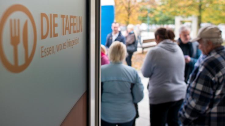 Immer mehr ältere Menschen sind auf die Tafel angewiesen. (Foto)