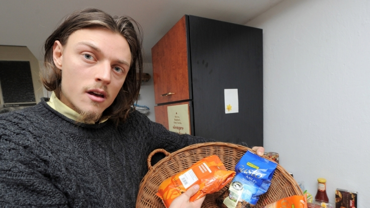 Raphael Fellmer zeigt seine Ausbeute geretteten Biokaffees. Der 28-Jährige aus Kleinmachnow braucht zum Leben fast keinen Cent.
