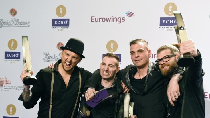 Die Band Frei.Wild freut sich am 07. April 2016 in Berlin nach der 25. Verleihung des Deutschen Musikpreises Echo über die Auszeichnung in der Kategorie