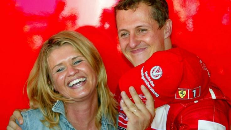 Michael Schumacher freudestrahlend mit seiner Ehefrau Corinna im Sommer 2002.
