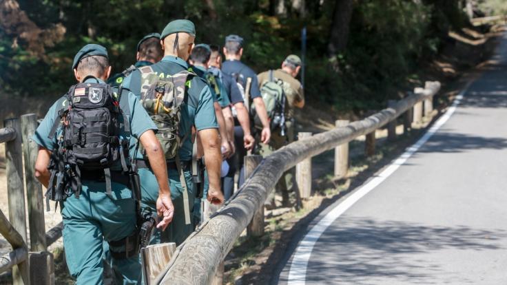 Mitglieder der Zivilgarde sind bei der Suche nach der ehemaligen Skifahrerin Blanca Fernandez Ochoa im Einsatz. (Foto)