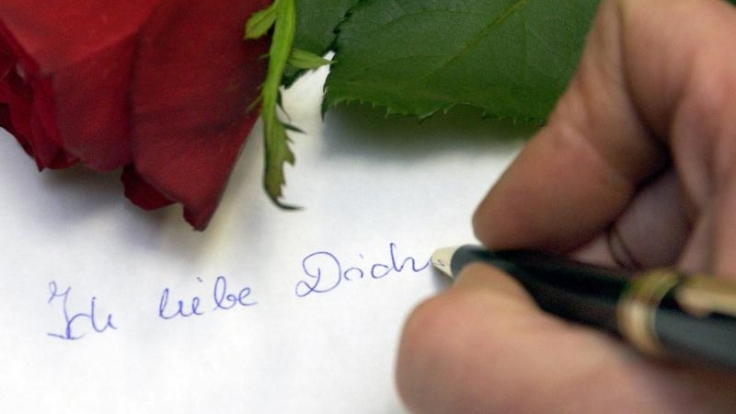 Wie wäre es mit einem selbst geschriebenen Brief? Der kommt gut beim Partner an. (Foto)