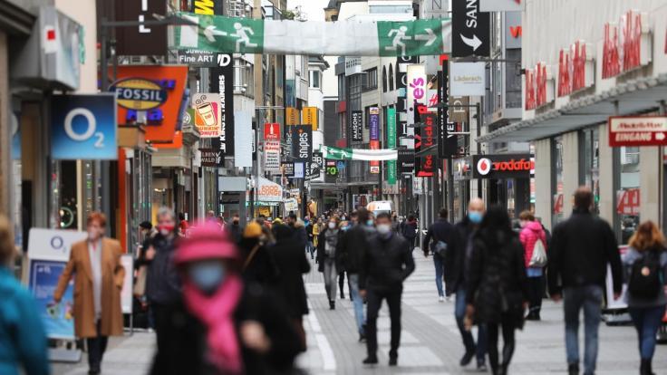 Beim Einkaufen müssen Verbraucher*innen in der Vorweihnachtszeit schärfere Regeln einhalten. (Foto)