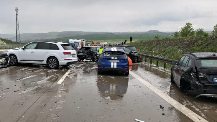 Bei der Massenkarambolage auf der A71 in Thüringen wurden mindestens 25 Menschen verletzt.