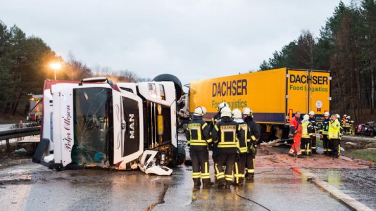 Bei einer Karambolage mit mehreren Fahrzeugen und einem Viehtransporter sind drei Menschen gestorben. (Foto)