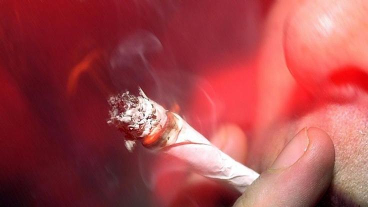 Vor allem, wenn's ums Rauchen geht, sind die guten Vorsätze vom Silvesterabend schnell gebrochen. (Foto)